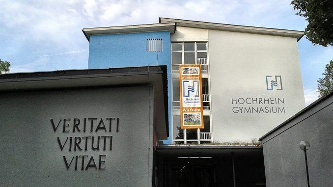 Das Hochrhein-Gymnasium mit Festbanner am 19. Juli 2014 (Foto: Martin Dühning)