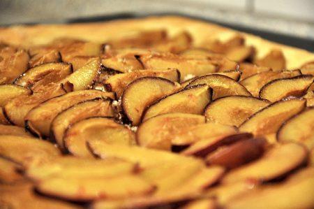 """Aus heimischen Pflaumen lassen sich allerlei Kuchen zubereiten - beispielsweise ein Backblech Schwarzwälder """"Zwetschgendünne"""" (Foto und Kuchen: Martin Dühning)"""