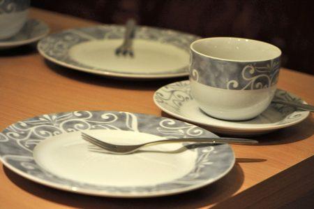 Serviert wurden Kaffee und Kuchen im feierlichen Sonntagsservice in weiß-silber mit geradezu nitramischen Verzierungen (Foto: Martin Dühning)