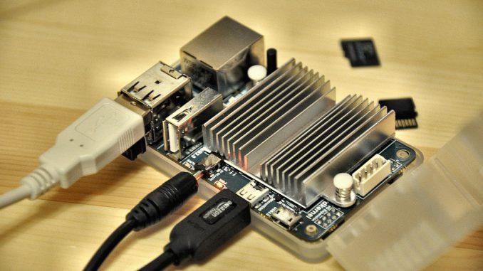 Optisch und in seinen Ausmaßen erinnert das ODROID-U3 stark an Raspberry Pi, spielt leistungsmäßig jedoch in einer ganz anderen Liga. Damit der Vierkernprozessor nicht allzu heiß läuft, schützt ihn auch ein großer passiver Kühler. (Foto: Martin Dühning)