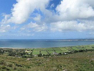 Irland in strahlendem Sonnenschein: Panorama von der Wanderung auf dem Dingle-Way (Foto: Hansjörg Dühning)