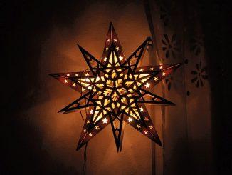 Ein Weihnachtsstern leuchtet 2014 am Fenster. (Foto: Martin Dühning)