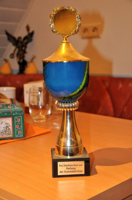 Dieser goldene Ehrenpokal aus längst vergangenen Zeiten fand sich versteckt hinter einem großen Bücherregal.