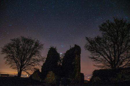 Ein Stern versinkt in der Burgruine auf dem Küssaberg (Foto: Martin Dühning).