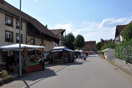 Viele Stände säumten die Kirchstraße in Oberlauchringen beim Mittelaltermarkt im August 2015. Doch die Sonne brannte und der Schatten war rar. (Foto: Martin Dühning)