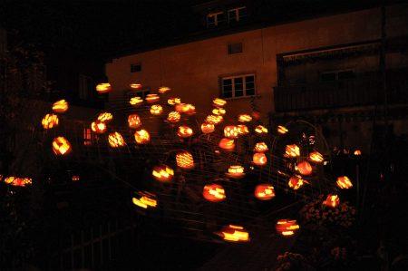 Das große Leuchtkürbiskarusell 2015 einmal als Stillleben (fotografiert von Salome Leinarkunion) ...