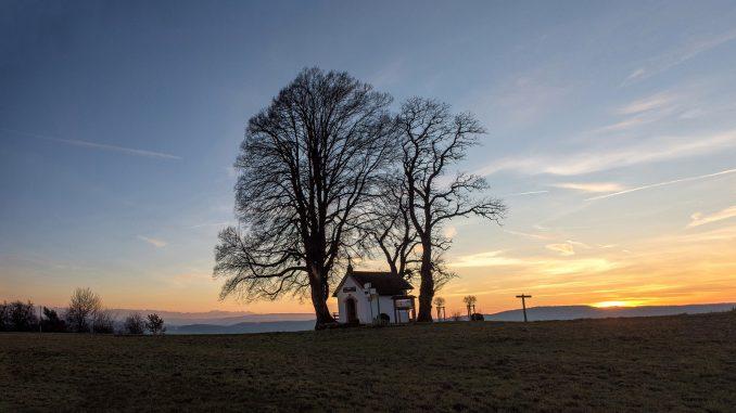 Friedvoll liegt die Kapelle von Baltersweil im Abendrot am 27. Dezember 2015 (Foto: Martin Dühning)