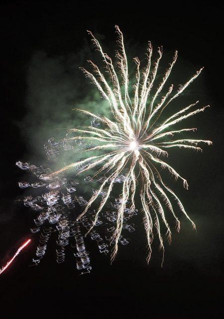 Feuerwerk 2016: Grün hinterlegter Goldregen (Foto: Martin Dühning)