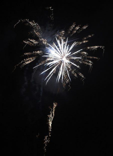 Feuerwerk 2016: Eine silberblaue Blüte leuchtet am Nachtnebeläther (Foto: Martin Dühning)