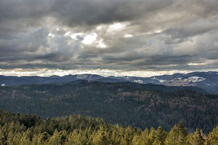 Düstere Wolken über dem Schwarzwald am Ostermontag 2016 (Foto: Martin Dühning)