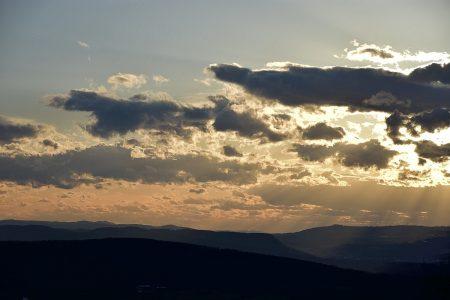 Dramatische Spätwinterwolken am Ostermontagabend (Foto: Salome Leinarkunion)