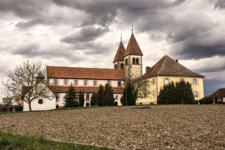 Kirche St. Peter und Paul in Unterzell unter dunklen Regenwolken (Foto: Martin Dühning)