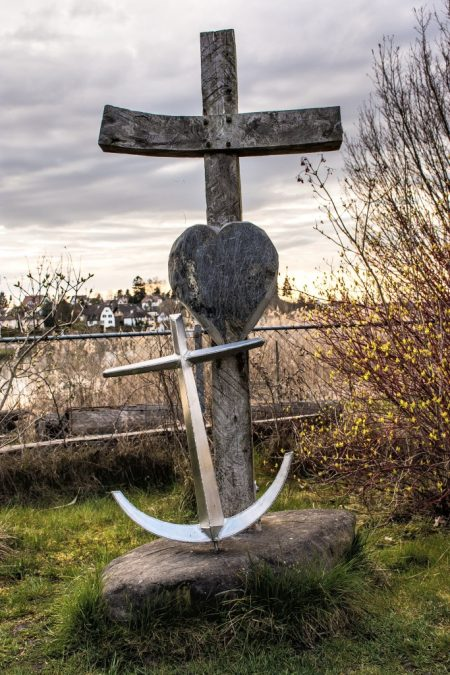 """""""Glaube - Liebe - Hoffnung"""" als meditatives Denkmal auf dem Meditationspfad der Insel Werd (Foto: Martin Dühning)"""