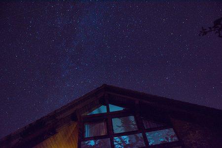 Die Milchstraße über dem Haus (Foto: Martin Dühning)