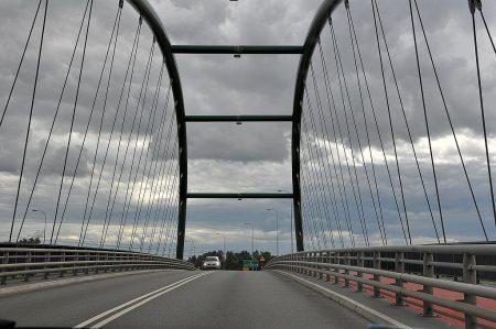 Fahrt über eine moderne Brücke südlich von Danzig (Foto: Martin Dühning)