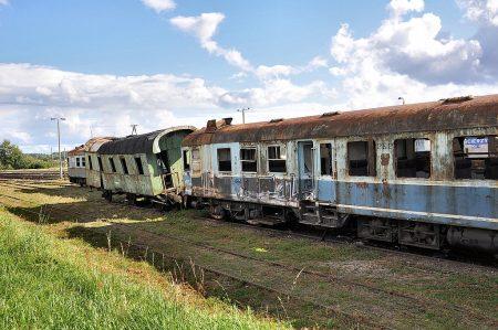 Verlassene Eisenbahnwaggons beim Eisenbahnmuseum von Berent (Foto: Martin Dühning)