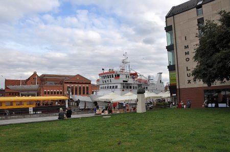 Die Onyx hat an der Hafenmole der Danziger Altstadt angelegt (Foto: Martin Dühning)