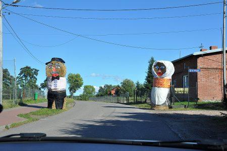 Große Strohfiguren auf der Rückfahrt nach Danzig (Foto: Martin Dühning)