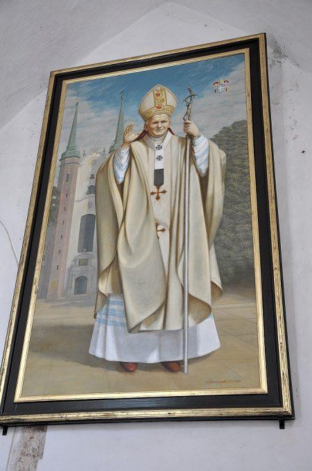 Wie die meisten Kirchen in Polen schmückt auch diese ein lebensgroßes Porträt von Papst Johannes Paul II. (Foto: Martin Dühning)