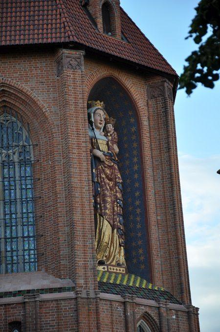 Die Fassade schmückt eine acht Meter hohe Statue zu Ehren der Gottesmutter Maria (Foto: Martin Dühning)