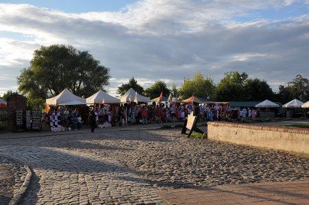 Sommerlicher Abend bei den Marktständen rund um die Burg (Foto: Martin Dühning)