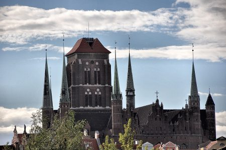 Blick auf die Marienkirche von einer Grünfläche aus (Foto: Martin Dühning)
