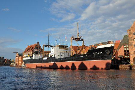 """Das Museumsschiff """"SS Soldek"""" vom Krantor aus betrachtet (Foto: Martin Dühning)"""