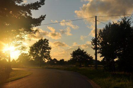 Polnische Landstraße im Sonnenuntergang (Foto: Martin Dühning)