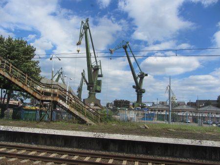 Blick aus dem Zug auf die Werften von Danzig (Foto: Salome Leinarkunion)