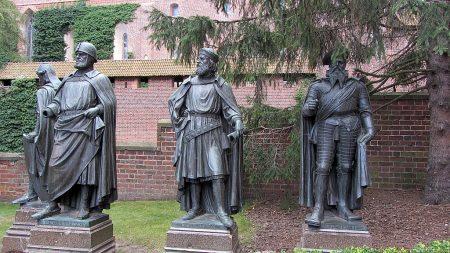 Bronzestatuen der einstigen Burgherren: Die Großmeister des Deutschen Ordens (Foto: Salome Leinarkunion)
