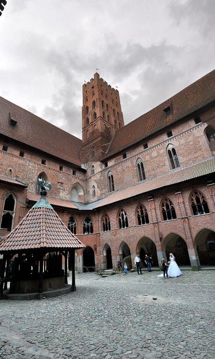 Der große Innenhof mit Hochzeitspaar (Foto: Martin Dühning)