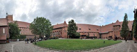 Der Burghof von der anderen Seite (Foto: Martin Dühning)