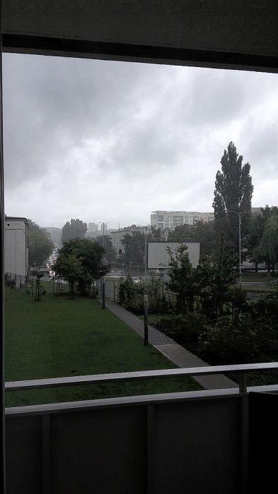 Blick von unserer Appartementterrasse: Es schüttet wie aus Eimern in Stettin (Foto: Martin Dühning)