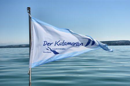 Die Fahne des Katamarans auf dem Weg nach Friedrichshafen (Foto: Martin Dühning)