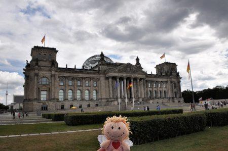 Klein-Rosa posiert vor dem Reichstag in Berlin (Foto: Martin Dühning)