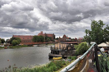 Restaurantschiff am Ufer des Flusses Nogat vor der Marienburg (Foto: Martin Dühning)