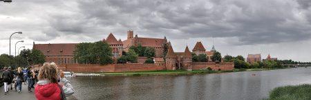 Die Marienburg von der Landungsbrücke bei der Nogat aus betrachtet (Foto: Martin Dühning)