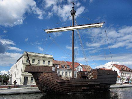 Die Kogge Ucra liegt im Hafen von Ueckermünde vor Anker (Foto: Salome Leinarkunion)