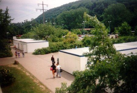 Containerlandschaften 1993 - während der alte, konterminierte Pavillon abgerissen und ersetzt wurde, fand der Unterricht in Klassenzimmercontainern statt (Foto: Martin Dühning)