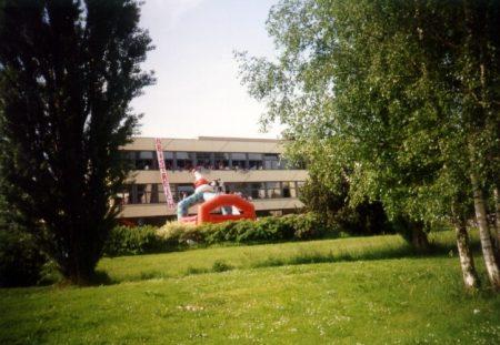Blick auf das KGT-Hauptgebäude während des Abistreiches 1993 (Foto: Martin Dühning)