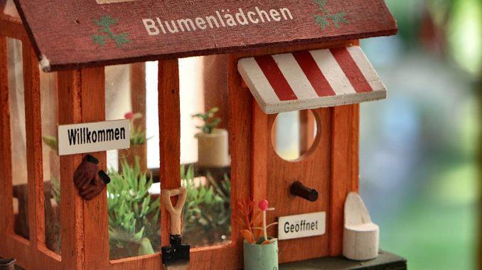 Ein Miniaturblumengeschäft, die neue Liebe zum individuellen Detail, gefertigt in Fernost... (Foto: Martin Dühning)