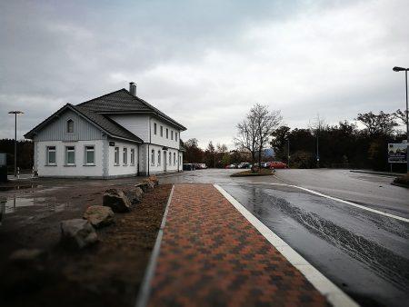 Der Oberlauchringer Bahnhof an einem regnerisch-trüben Tag, fotografiert mit dem Huawei P9 (Foto: Martin Dühning)