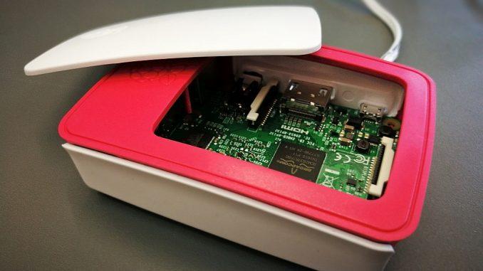 Der Raspberry Pi 3 Modell B wirkt inzwischen recht ausgereift, auch, was das Zubehör angeht, wie beispielsweise das offizielle Gehäuse. (Foto: Martin Dühning)