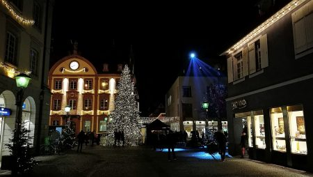 Festlich erleuchtete Häuser in Offenburg (Foto: Martin Dühning)