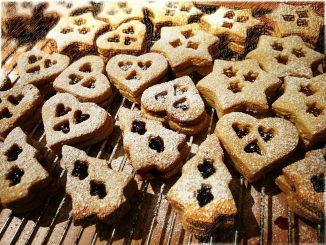 Mit den Spitzbuben mit fruchtiger Füllung ist die Weihnachtsbäckerei bei Niarts fast abgeschlossen (Foto: Martin Dühning).