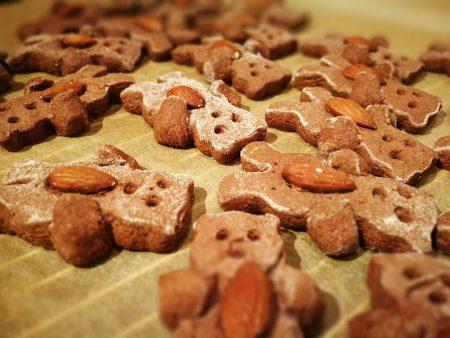 Gebackene Lebkuchenbärchen beim Abkühlen (Foto: Martin Dühning)