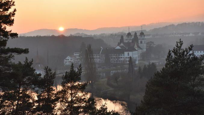 Die erste Abendsonne im neuen Jahr 2017 leuchtet über dem Kloster Altenburg (Foto: Martin Dühning)