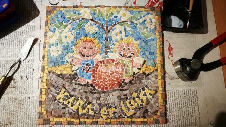 Das (fast) fertige Mosaik mit Zwergfeen - frisch verfugt (Grafik: Martin Dühning)