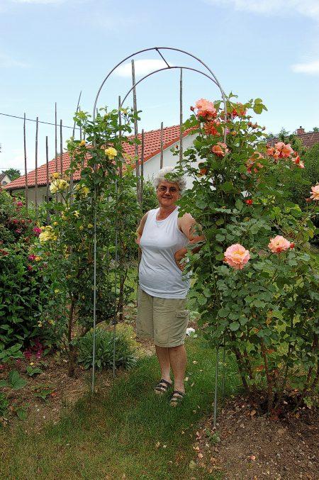 Ursula Dühning in ihrem geliebten Blumengarten Ende Juni 2006 (Foto: Martin Dühning)