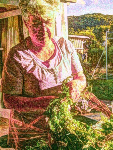 Ursula beim Kränzebinden im August 2012 (Grafik: Martin Dühning)